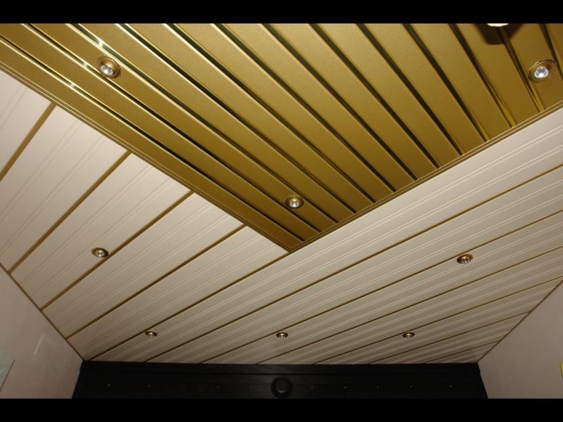 Двухцветный реечный потолок