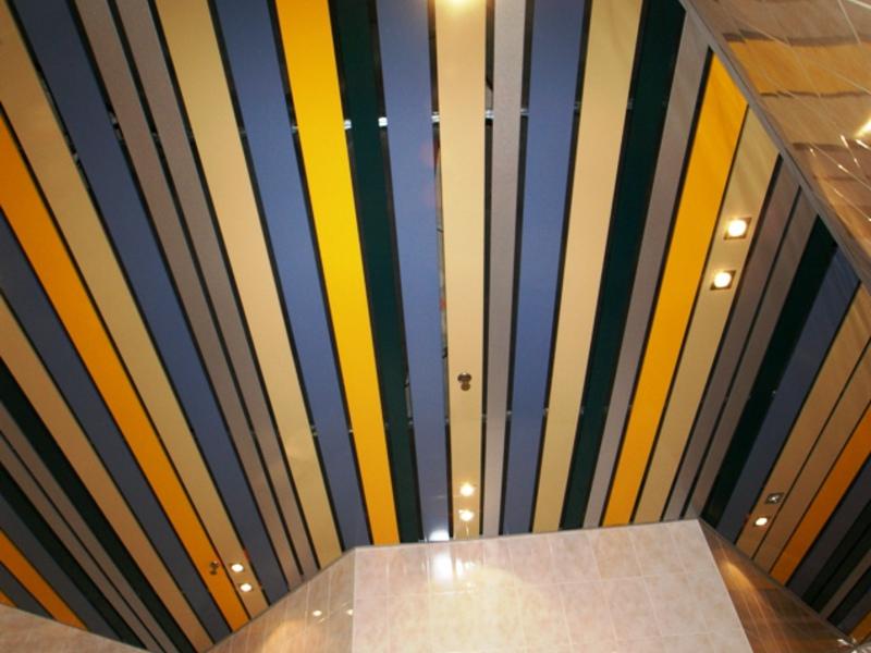 Цветной реечный потолок