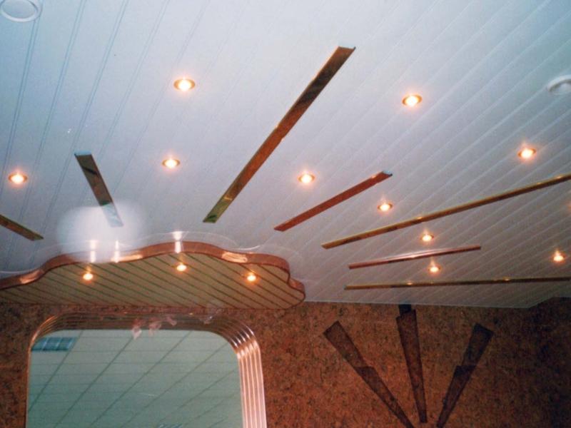 Красивый реечный потолок с подсветкой