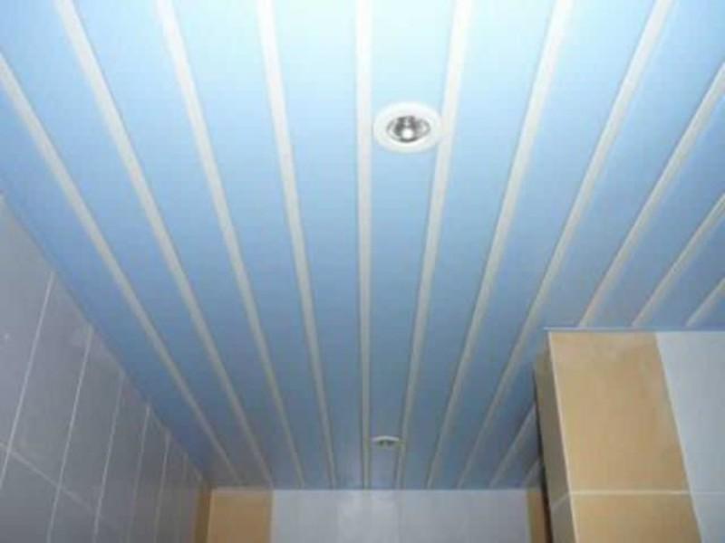 Реечный потолок в голубых тонах