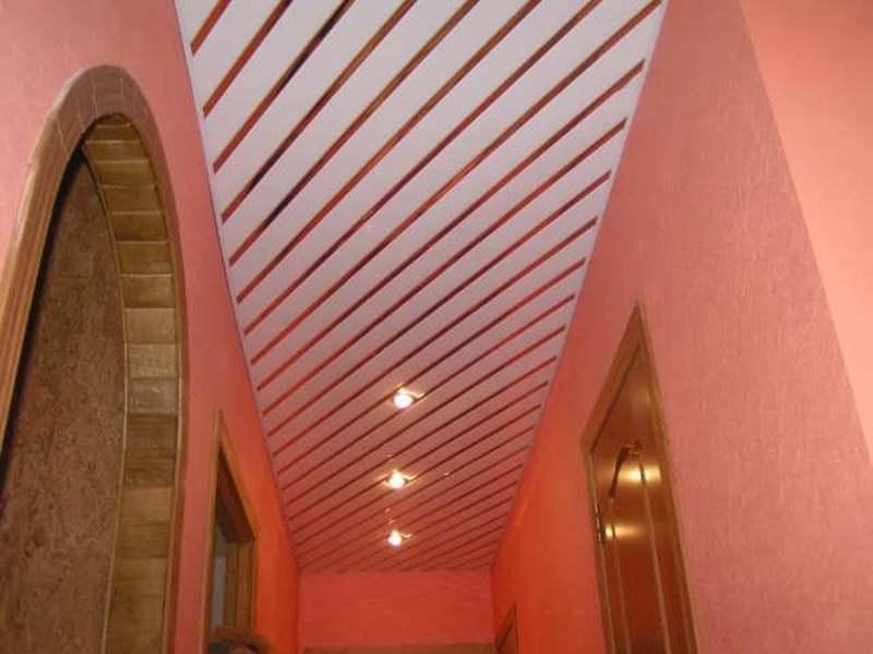 Реечный потолок в сочетании с красными стенами