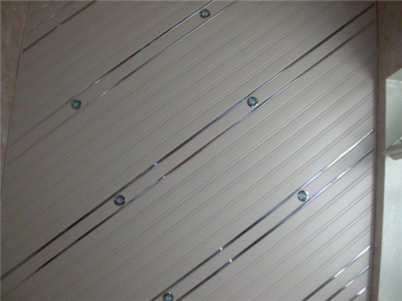Светлый реечный потолок