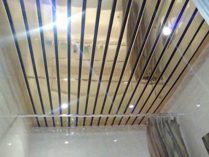 Золотистый реечный потолок
