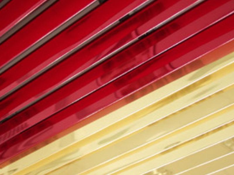Красно-желтый реечный потолок