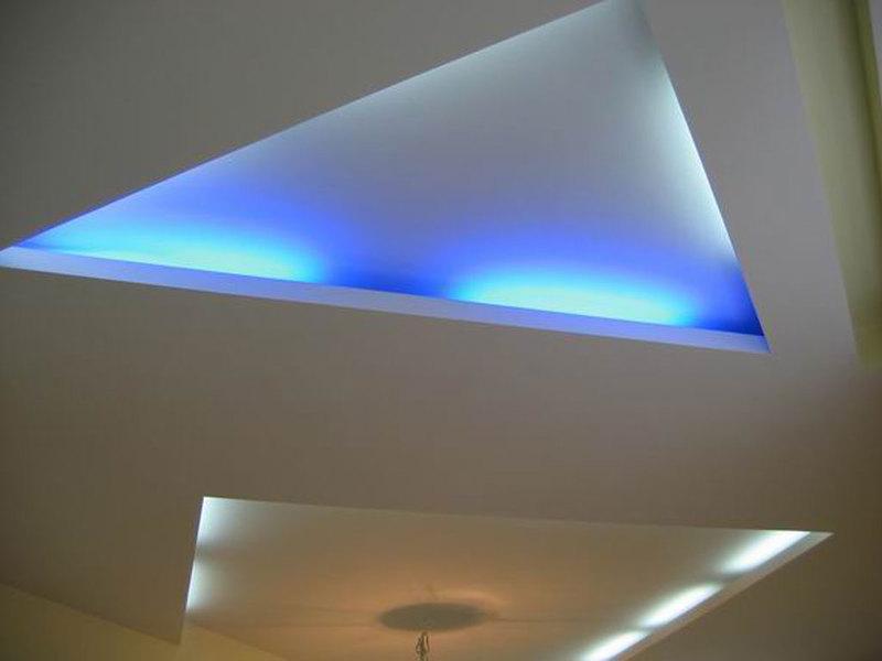 Геометрические вырезы на потолке