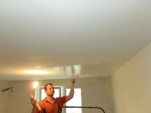 Красим потолок глянцевой краской