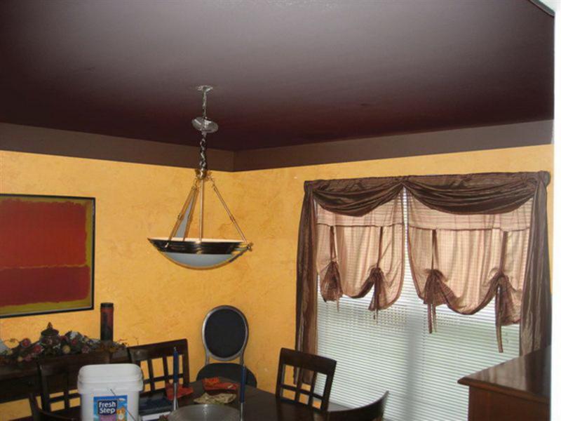 Серый потолок