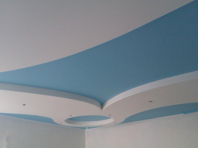 Потолок в два уровня бело-голубой