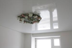 Натяжной белый глянцевый потолок