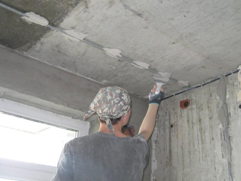 Как своими руками заштукатурить потолок видео