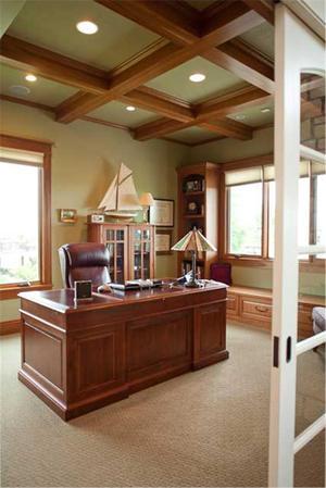 Потолок с деревянными балками в рабочем кабинете