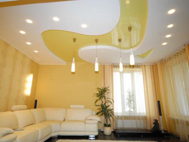 светильниками на потолке
