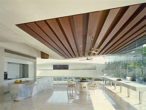 Деревянные брусья на потолке