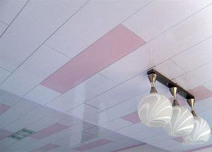 Потолок с отделкой из пластиковых панелей двух цветов